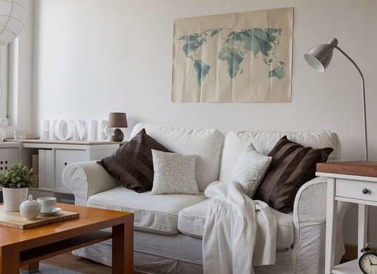 άσπρος καναπές σαλόνι φωτεινό σπίτι