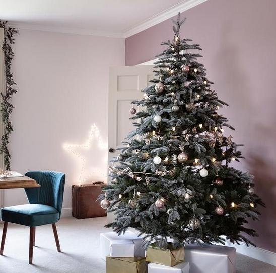 Χριστουγεννιάτικο δέντρο σε σαλόνι