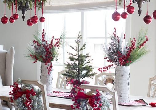 Χριστουγεννιάτικο τραπέζι με κλαδιά γκι και μπάλες