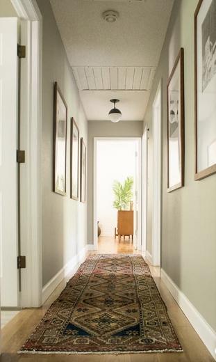 Χολ με χαλί διάδρομο και πίνακες