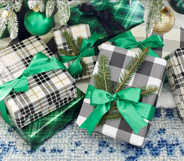 χριστουγεννιάτικα trends: καρό περιτύλιγμα δώρων