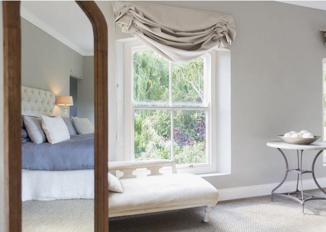 Καθρέφτης αντανακλά το κρεβάτι για καλό φενγκ σούι