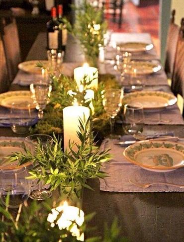 Κεριά και κλαδιά σε τραπέζι