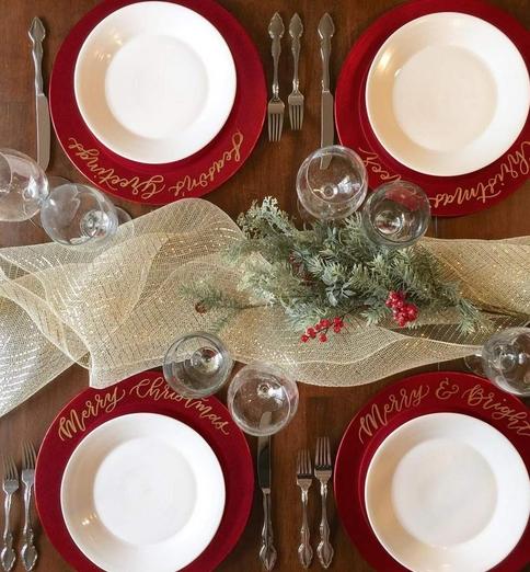 Κόκκινα και άσπρα πιάτα