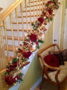 κόκκινη γιρλάντα σκάλα Χριστούγεννα