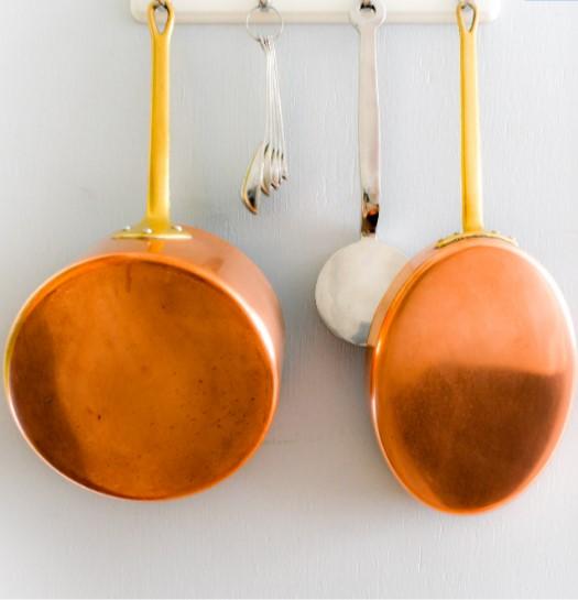 κρεμασμένες κατσαρόλες κουτάλες