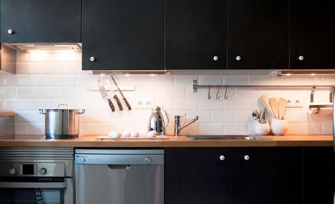 Κουζίνα χωιρ φως με σκούρα ντουλάπια