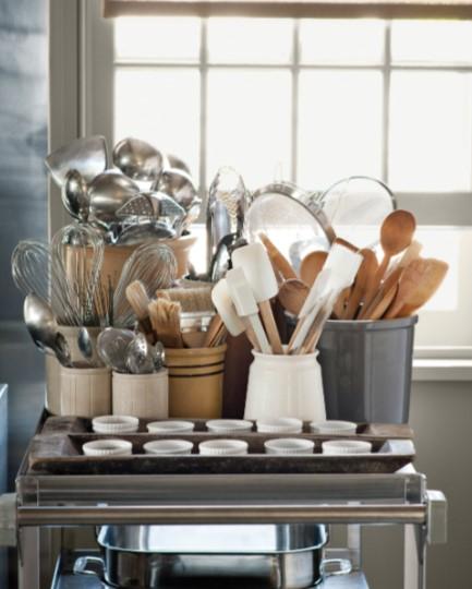 μαγειρικά σκεύη χωρισμένα σε διαφορετικά δοχεία