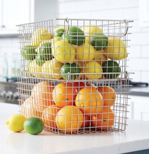μεταλλικά καλάθια με φρούτα