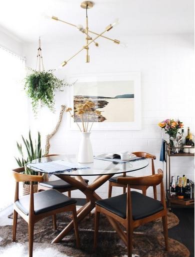 Μικρή σαλοτραπεζαρία με γυάλινο τραπέζι