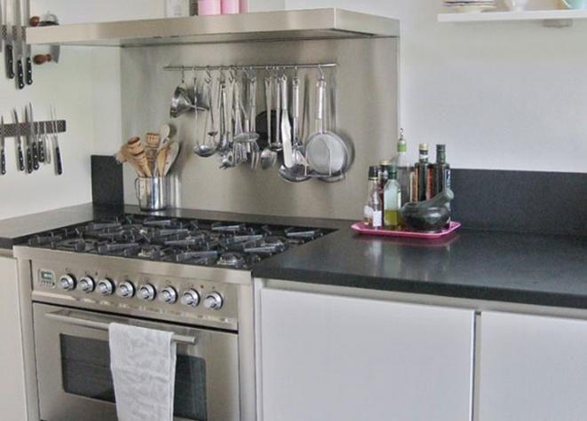 Μπάρα σε μικρή κούζινα για πιρούνες και κουτάλες