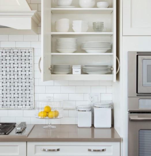 τακτοποιημένο ντουλάπι κουζίνας άσπρα σκεύη οργάνωσης κουζίνα