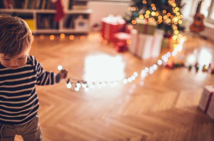 παιδάκι στολίζει δέντρο λάθη χριστουγεννιάτικη διακόσμηση