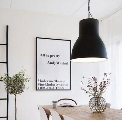 Τραπεζαρια με πίνακες και ξύλινο τραπέζι