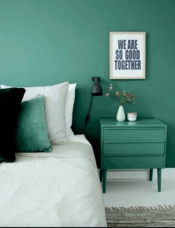 πράσινος τοίχος υπνοδωμάτιο κρεβάτι κομοδίνο