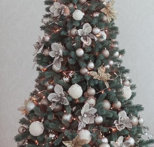 Χριστουγεννιάτικο δέντρο άσπρες και χρυσές μπάλες