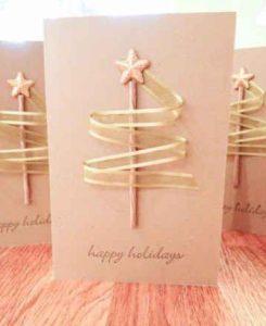 χριστουγεννιάτικη κάρτα με χρυσή κορδέλα