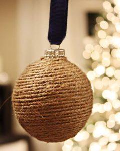 χριστουγεννιάτικη μπάλα με σπάγκο