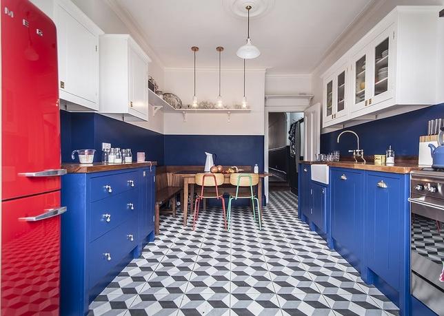 συνδυασμοί χρωμάτων για την κουζίνα: άσπρο κόκκινο και μπλε
