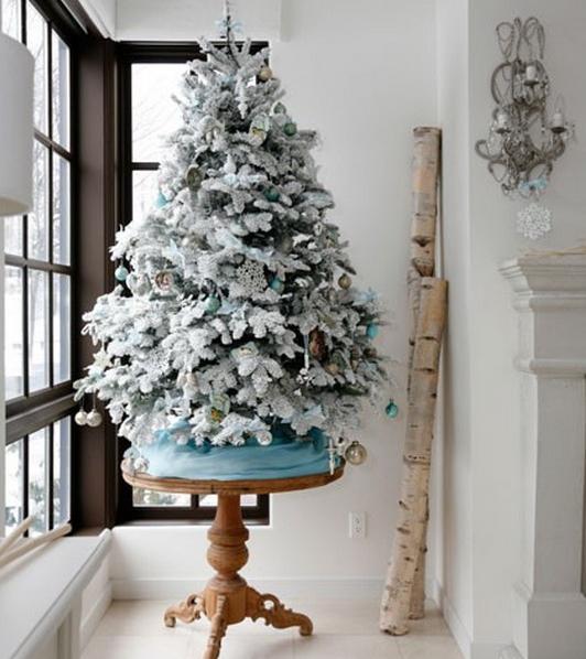 Άσπρος χριστουγεννιάτικός στολισμός: δέντρο με χιόνι