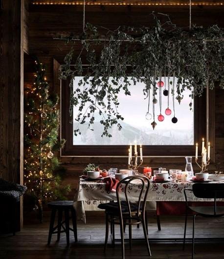χριστουγεννιάτικη διακόσμηση με φυσικά στοιχεία και γυάλινα στολίδια