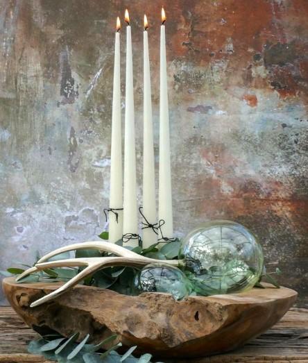 diy χριστουγεννιάτικη σύνθεση με κεριά, φυσικά στοιχεία και γυάλινα στολίδια