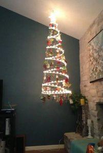 εναλλακτικό δέντρο Χριστουγέννων από λαμπάκια
