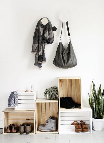έξυπνη παπουτσοθήκη με καφάσια σε χωλ