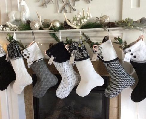 άσπρο χριστουγεννιάτικο στολισμό: κάλτσες άσπρες μαύρες