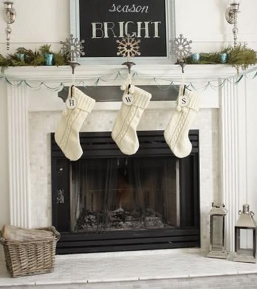 άσπρο χριστουγεννιάτικο στολισμό! άσπρες κάλτσε σε τζάκι