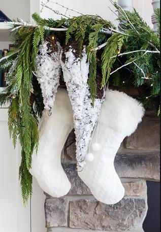 άσπρο χριστουγεννιάτικο στολισμό: γούνινες κάλτσες
