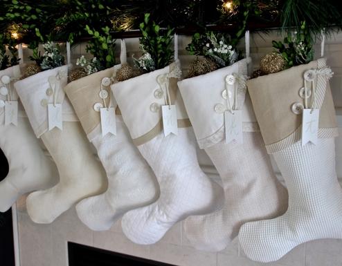 άσπρο χριστουγεννιάτικο στολισμό: κάλτσες με κουμπιά