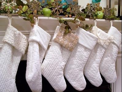 άσπρο χριστουγεννιάτικο στολισμό: άσπρες κάλτσες