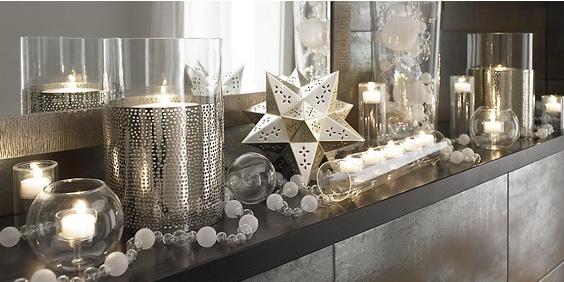 άσπρο χριστουγεννιάτικο στολισμό: άσπρα κεριά χρυσά στολίδια