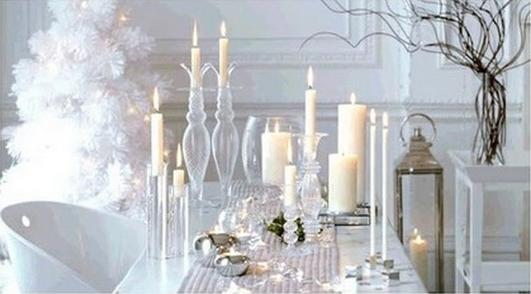 άσπρο χριστουγεννιάτικο στολισμό: κεριά και κηροπήγια