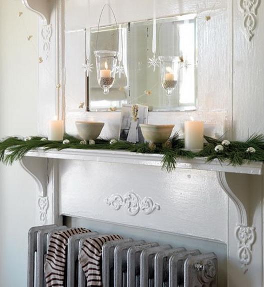 άσπρο χριστουγεννιάτικο στολισμό: άσπρα κεριά σε τζάκι