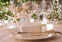 άσπρο χριστουγεννιάτικο στολισμό: κεριά σε χριστουγεννιάτικο τραπεζι