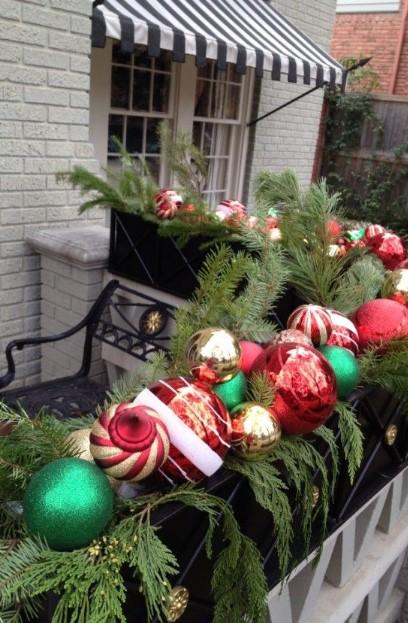 μεγάλες χριστουγεννιάτικες μπάλες κάγκελα