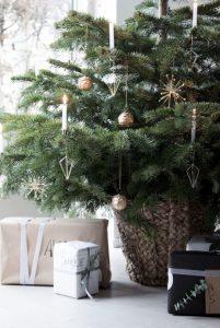 μικρό χριστουγεννιάτικο δέντρο με στολίδια