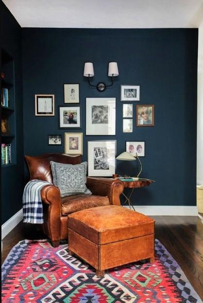 navy blue τοίχος καφέ πολυθρόνα πίνακες