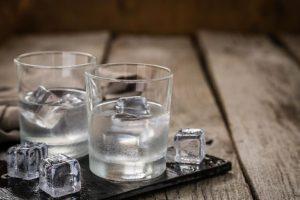 ποτήρια με βότκα και πάγο
