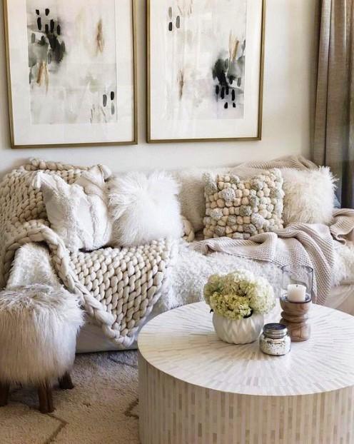 σαλόνι με ζεστά υφάσματα παλ χρώματα