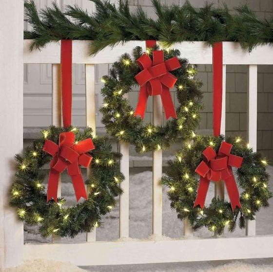 στεφάνια κρεμασμένα μπαλκόνι Χριστούγεννα κόκκινη κορδέλα