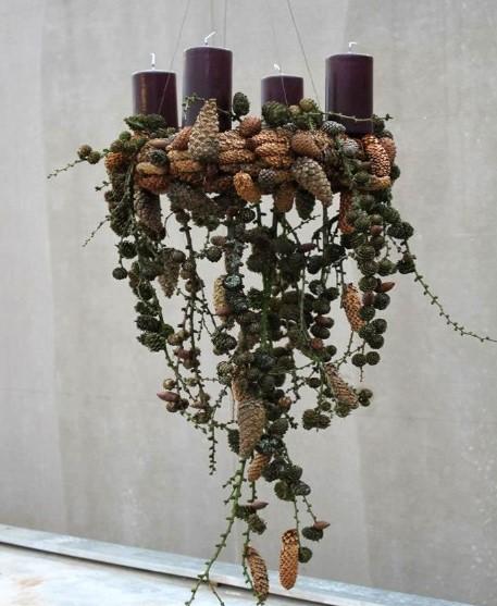 κρεμαστό στεφάνι με κλαδιά, καρπούς δέντρων και κεριά