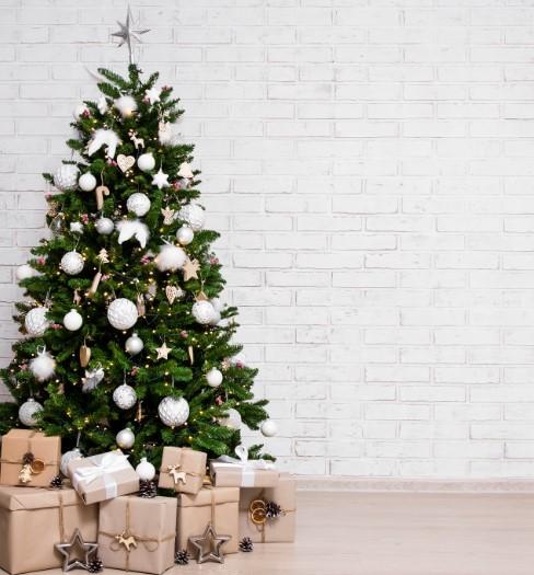 στολισμός τεχνητού χριστουγεννιάτικου δέντρου με μίνι led λαμπάκια