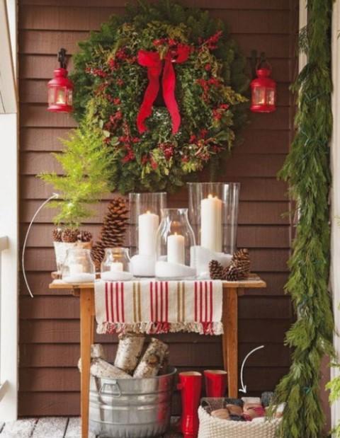 τραπεζάκι με κεριά κρεμασμένο στεφάνι εξωτερικός χώρος Χριστούγεννα