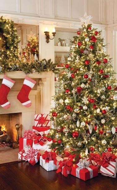 τυλιγμένα δώρα κάτω από το δέντρο