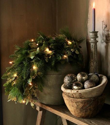 vintage χριστουγεννιάτικη διακόσμηση με μεταλλικά στολίδια και κλαδιά από έλατο και βρύα