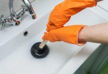 ξεβούλωμα νεροχύτη με γάντια