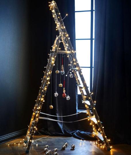 diy χριστουγεννιάτικος στολισμός σκάλας με απλά στολίδια και λαμπιόνια